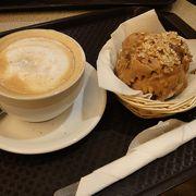 奥にカフェがあります。シュネーバルを楽しみながら一休み。