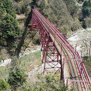 トロッコ列車で観光客に人気がある黒部峡谷鉄道