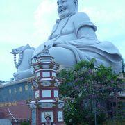 巨大弥勒菩薩像と一緒に記念撮影をどうぞ。