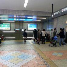 地下鉄に降りるかいだんです。