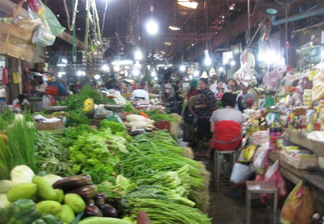 オールドマーケットの野菜売り場。活気があります。