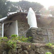 角力灘を望む山あいに立つ小さな教会