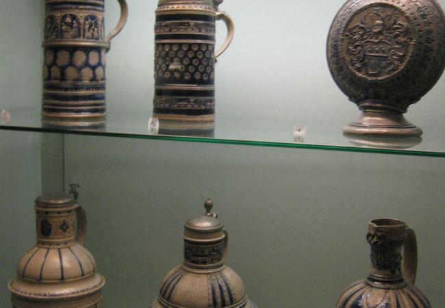 様々な年代の陶器の展示
