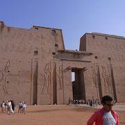 大きな壁画が見れる神殿はここ!