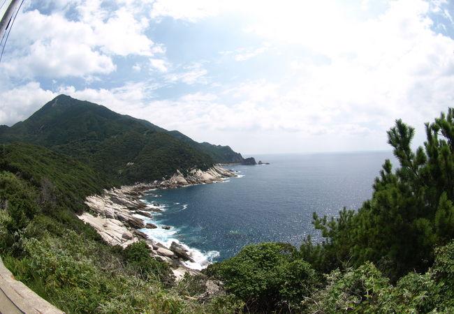 海岸まで森が迫る島西部