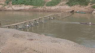 乾期には、竹の橋が出来ています