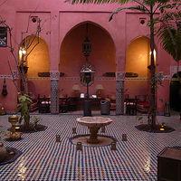 ピンクの壁が独特。床のゼリージュタイルが素晴らしい