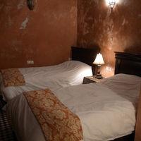 部屋はまあ狭く、ベッドも小さめ
