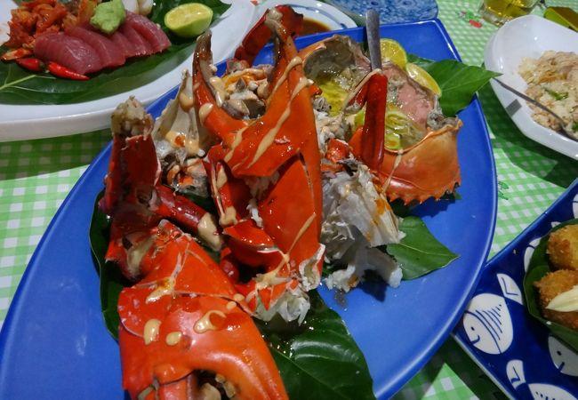 巨大なマングローブ蟹に炒飯にタロイモコロッケなど