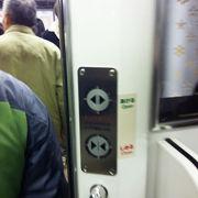 青梅線のドアは、開閉にボタンを押す!