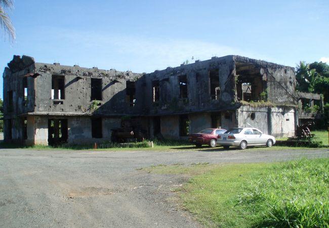 朽ち果てた兵器&建物にも戦争の歴史が刻み込まれています!