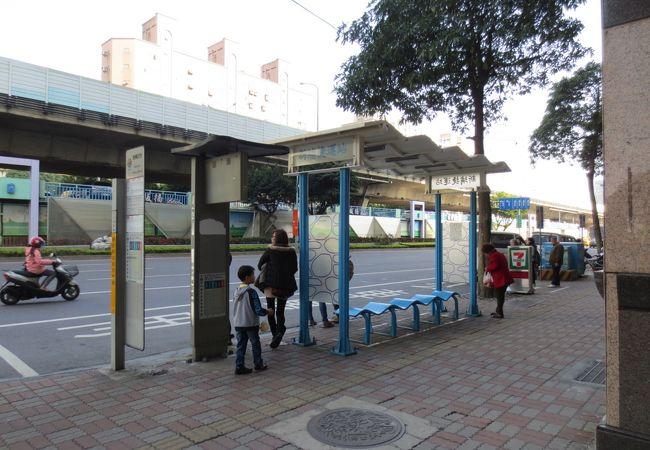 屋根の無いバス停もあります。電光掲示板でバスの到着をチェック