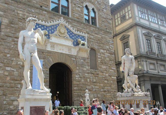これは美術館外にあるダヴィデ像です。