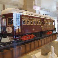 ロビーにはお菓子で作られた阪急電車が展示されています。