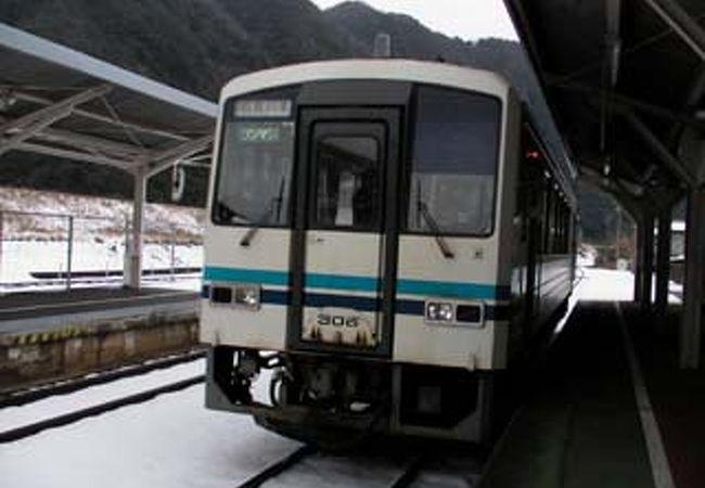ローカル線三江線沿いの川本町の中心地