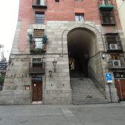 マヨール広場のクチリェロス門を出ると居酒屋通り