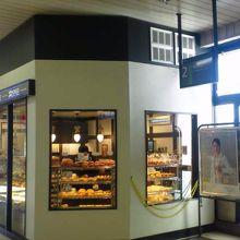 JR駅舎内のパン屋