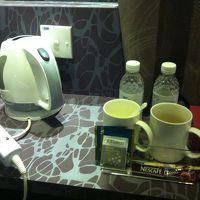 インスタントコーヒー2コ・紅茶2コ・水2本