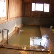 茶色の源泉が掛け流しの共同浴場