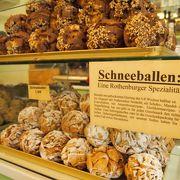 町の名物Schneeballenを作っている様子を見ることができます。