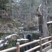 渓流沿いにある温泉発祥地