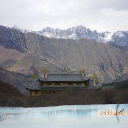 五彩池にとても映えるお寺