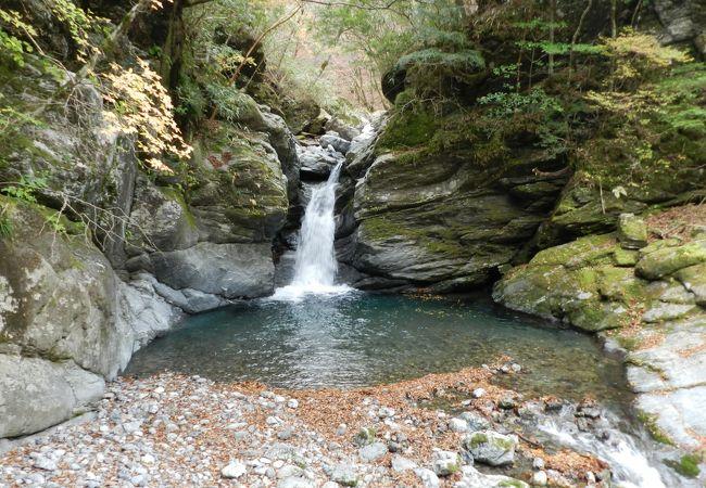 男橋のたもとにある「丸石の滝」