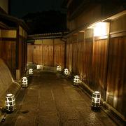 京都の夜をロームの優しい灯りがともす「東山花灯路」