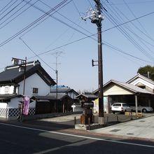 左側が資料館、右側が寺町通り (石畳) の入口