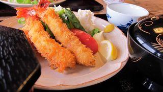 新鮮な海の幸豊富な海辺の食堂。