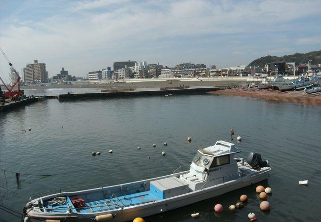 漁港の向うが海水浴場