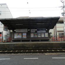 南側(神社側)から見た駅舎