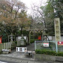 駅の目の前が「車折神社」の入口です