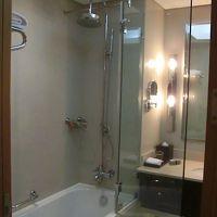 ガラス仕切りが大きく、シャワーのお湯で床が濡れることなし。