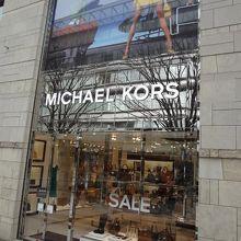 e6df23e59ec0 アメリカのファッションデザイナー「マイケル・コース」のブランドの名前を冠したブランドショップです。  六本木ヒルズのけやき坂に2011年にオープンしたこちらのお店 ...