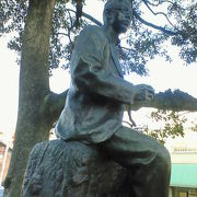 偉人らの銅像がある大分城へ通じる散歩道