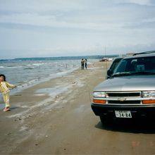 波間で遊ぶ娘