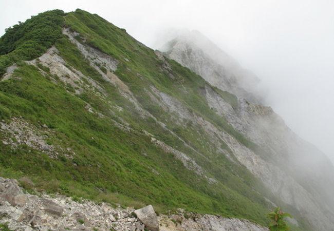 弥山から望む最高峰(剣ヶ峰)