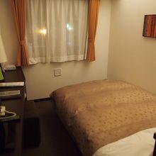 シングルルーム。 狭いですが、ベッドも快適!