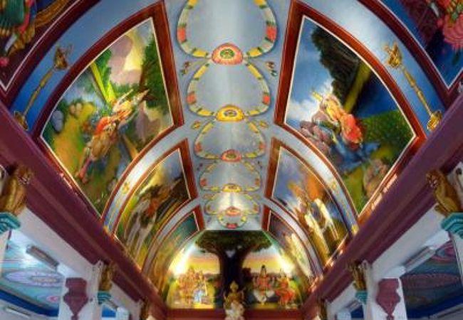 沢山のヒンドゥー教の神々が描かれた天井