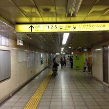千代田線からJRのホームへの移動通路