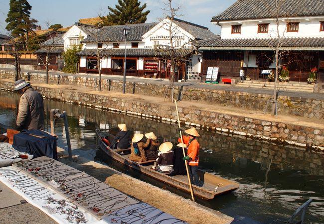 和船でのんびり観光する人々も