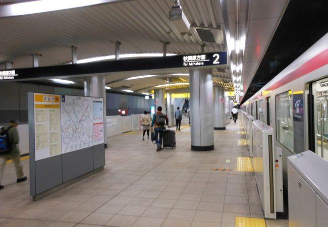 近代的な都市のなかにある駅
