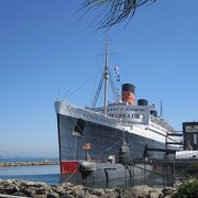 かつての豪華客船は現在も威風堂々