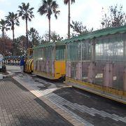 公園 内には、子供向けの電動機関車が走っています