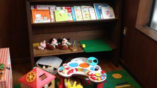 子供達を惹き付ける絵本や遊び道具が有って、ちょっとしたスペースが有ります。