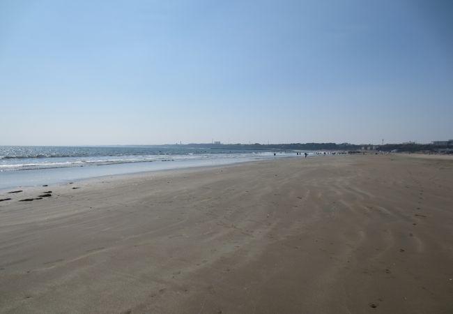 広くて長い砂浜です