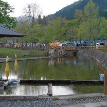 サニタリー棟とつかみ取り池、オートキャンプサイト