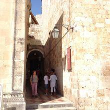 教会の入り口&薬局へつながる道