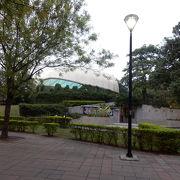 中学校の隣の広い公園
